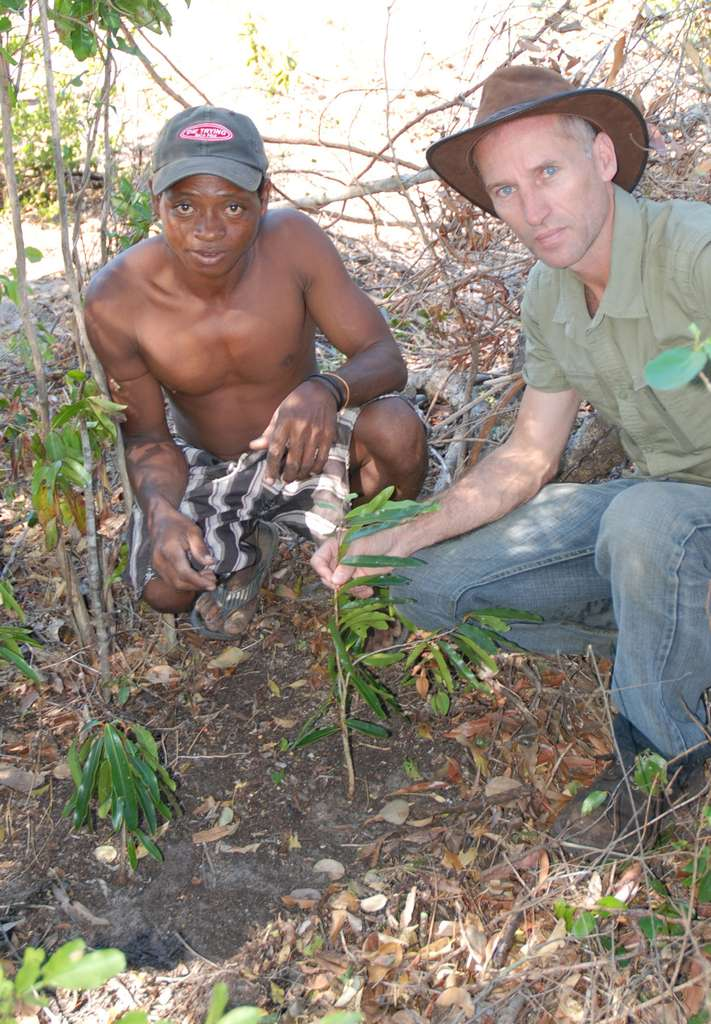 Olivier Behra (à droite sur la photo), à Madagascar. © Olivier Behra, ONG « L'Homme et l'Environnement »