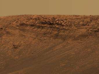Fig. 11. Affleurement de sédiments stratifiés dans le cratère Endurance. cliquez ici pour agrandir