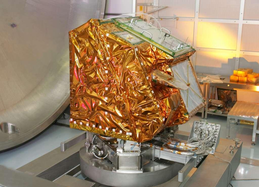 L'instrument Iasi (Interféromètre atmosphérique de sondage infrarouge). Ses missions sont multiples : mesure des températures atmosphériques, des profils d'humidité, des variations de concentration en ozone et autres gaz, de la température à la surface des océans et des terres, et enfin étude des interactions radiatives liées aux nuages. © Thales Alenia Space