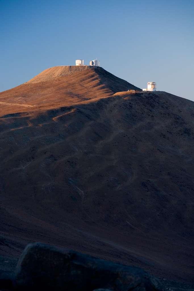 Une vue du VLT accompagné de Vista, dans le soleil du matin. © H.-H. Heyer