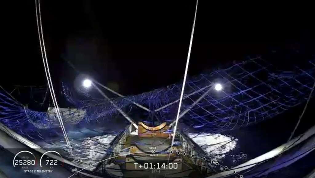 Une moitié de la coiffe du Falcon Heavy a été récupérée par le bateau Mrs. Tree équipé d'un filet. © SpaceX