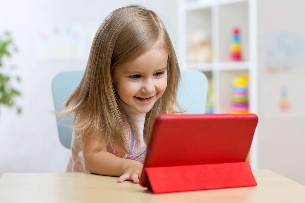 Les jeux sur écrans nécessitent une concentration constante sur des objets proches. Un facteur de myopie. © Oksana Kuzmina, Shutterstock