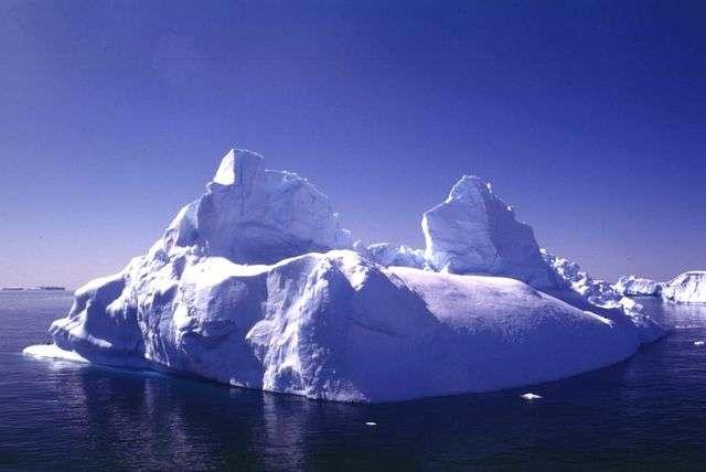 L'Antarctique est recouvert à plus de 98 % de glace. L'inlandsis est la calotte glaciaire, son épaisseur varie de 1,3 km à l'ouest à 2,2 km à l'est. La calotte se prolonge en certains endroits en grandes plateformes de glace, ce sont les icebergs (ici à l'image). Enfin, l'Antarctique est entouré d'eau de mer. En hiver, l'océan gèle autour du continent et la glace de mer s'épaissit, formant alors la banquise. © Ipev