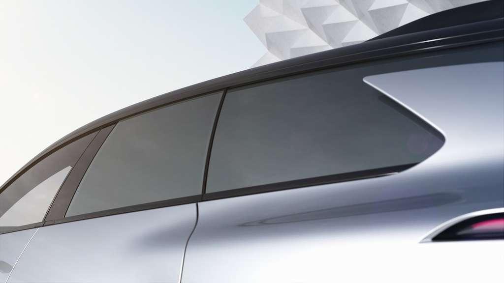 Les vitres ainsi que le toit de la FF91 peuvent se teinter d'un simplement tapotement du doigt. © Faraday Future