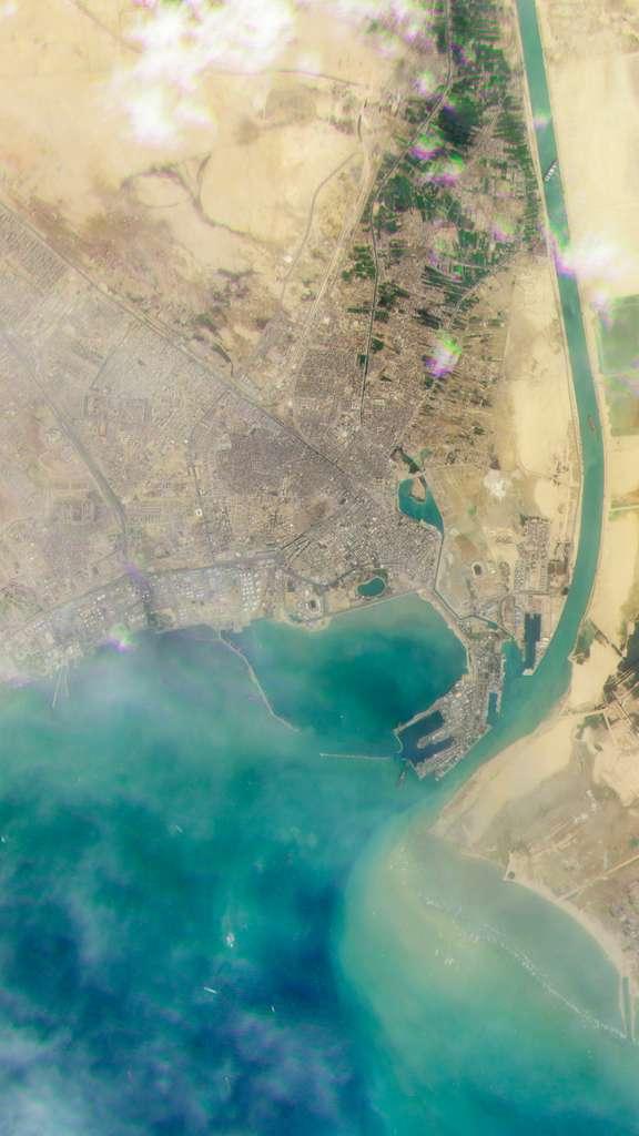 Sur cette image Planet, un « grand-champ » encore plus large que l'image précédente, on aperçoit l'Ever Given et les premiers navires qui commencent à s'agglutiner au large du canal de Suez. © 2021, Planet Labs Inc.
