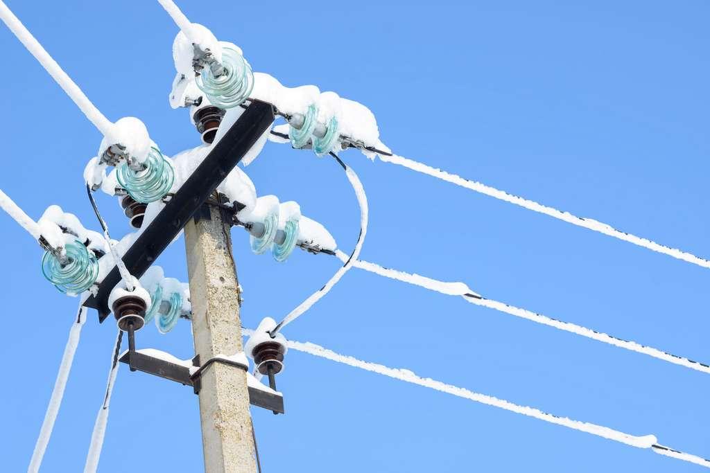La glace sur les lignes électriques peut aboutir à des blackout hivernaux. © Сyrustr, Fotolia