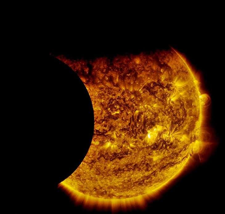 Le satellite SDO a pu observer une double éclipse du Soleil ce dimanche 13 septembre 2015. D'abord le transit de la Terre devant notre Étoile, puis celui de la Lune. © Jhon Henry Osorio Orozco, Nasa, SDO