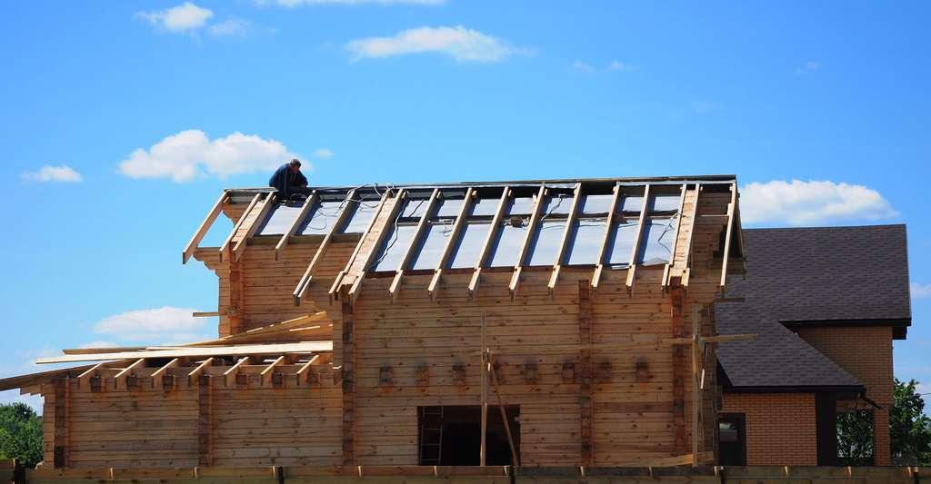 L'isolation de la toiture d'une maison est primordiale dans la construction d'une maison à énergie positive. © Radovan1, Shutterstock