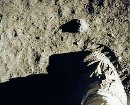 Aldrin photographie son pied. Parfois, le déclenchement intempestif d'un appareil photo d'amateur produit involontairement ce genre d'images. Mais celle-ci est historique... © Nasa