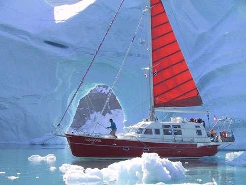 Les milieux polaires attirent toujours les explorateurs. Ici, le Vagabond, un voilier conçu pour la navigation dans les glaces. Mené par Éric Brossier et France Pinczon du Sel, il a effectué plusieurs expéditions en Arctique, y compris plusieurs hivernages. © Éric Brossier - Vagabond