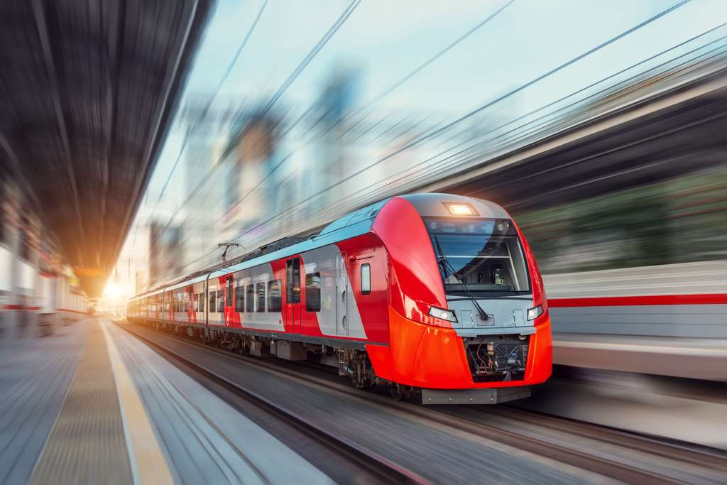 La locomotive qui tracte des wagons est une machine. © aapsky, Adobe Stock