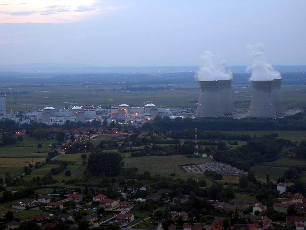 Centrale nucléaire de Bugey, établie sur la commune de Saint-Vulbas (Ain), dont la construction a débuté en 1965. Le réacteur n° 1, définitivement arrêté en 1994, est en cours de démantèlement. Quatre autres réacteurs sont actuellement en service. Les n° 2 et 3 (925 MW de puissance unitaire) sont directement refroidis par l'eau du Rhône, tandis que les n° 4 et 5 (de 905 MW chacun) le sont par deux tours autoréfrigérantes. Faut-il préciser que la vapeur d'eau montant vers le ciel ne présente pas de risque radioactif ? © Wikimedia Commons