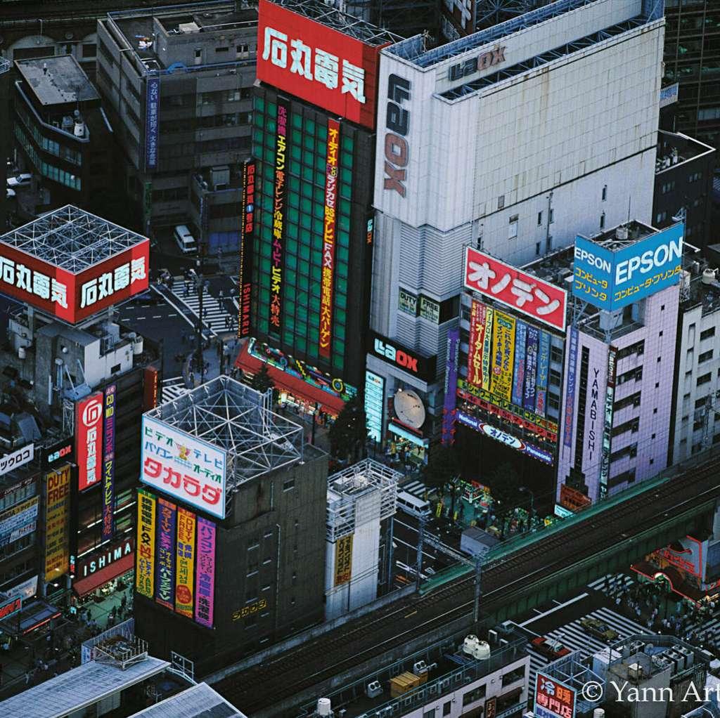 Quartier commerçant à Tokyo, Honshu, Japon (35°42' N - 139°46' E). © Yann Arthus-Bertrand, tous droits réservés