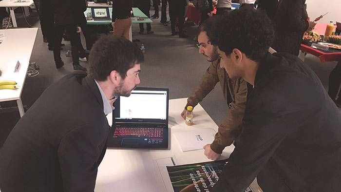Martin Binczak (à gauche) explique son outil logiciel lors du forum des projets libres de son école. © Etna