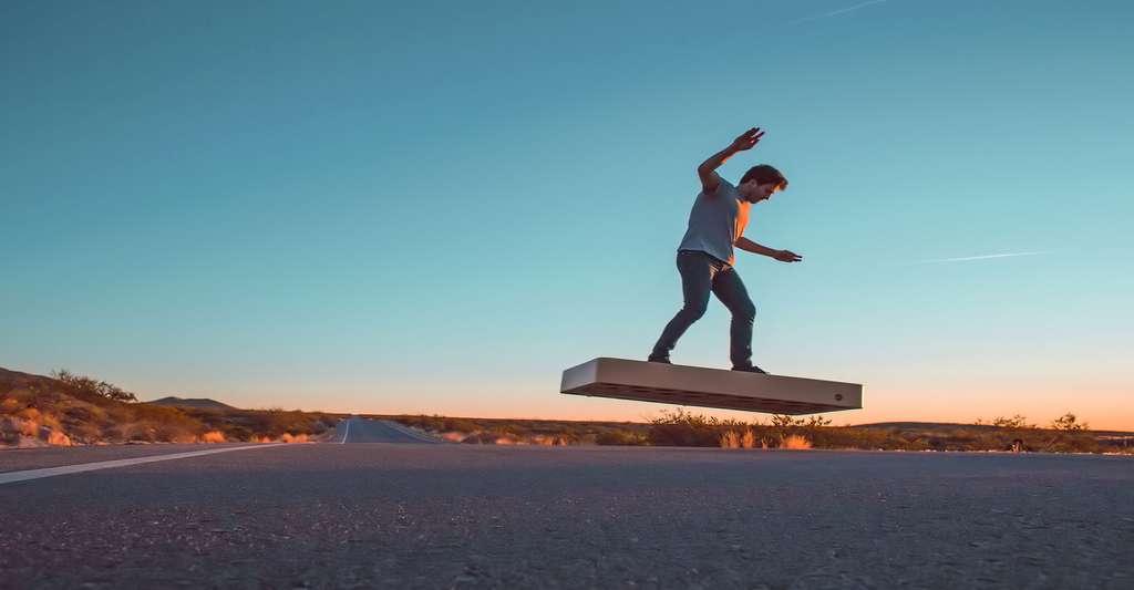 Un hoverboard volant ? Mais oui… Arcaboard se présente comme une planche à roulettes, mais dotée de 36 hélices ! © Arcaspace
