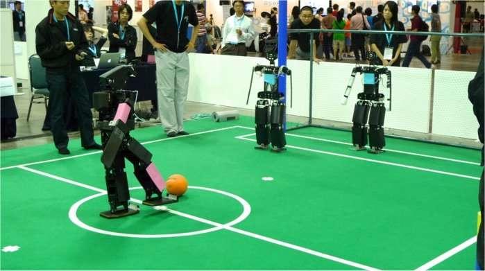 Séance de tirs au but lors du tournoi RoboCup 2010, à Singapour, en « catégorie adolescent » (teen-size category). © DR