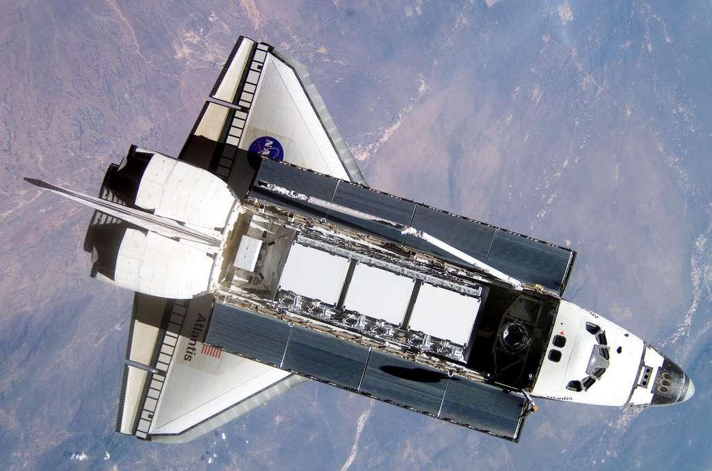 Octobre 2002, Atlantis livre la poutre S1 de l'ISS