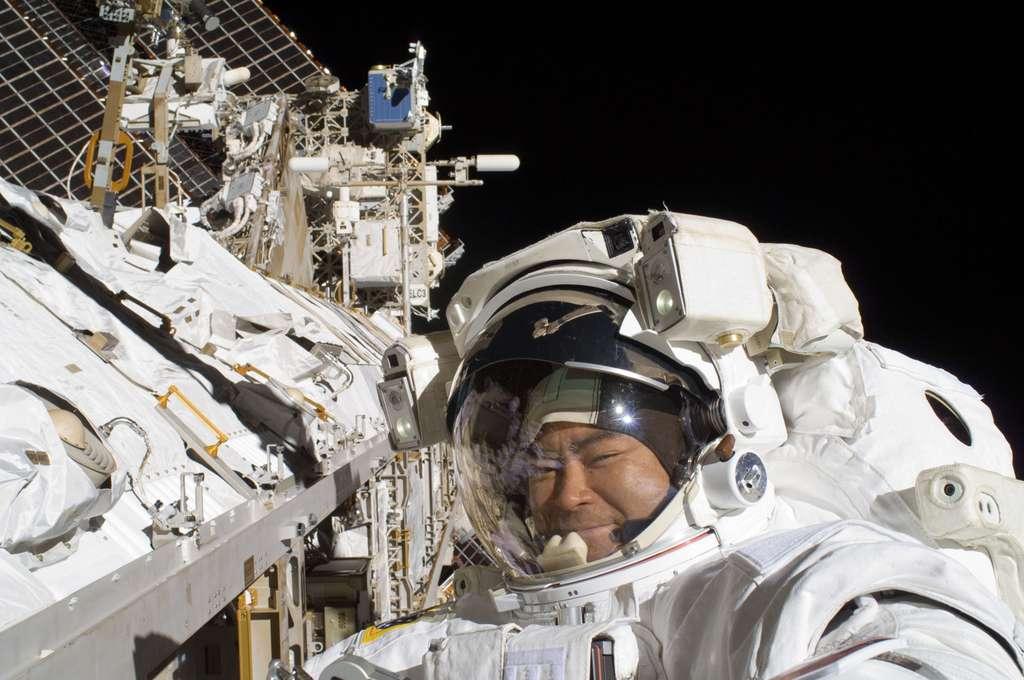 L'astronaute japonais Aki Hoshide tout sourire lors de sa sortie dans l'espace du 5 septembre 2012. Il ne semble pas préoccupé par d'éventuels risques pour sa santé. © Nasa