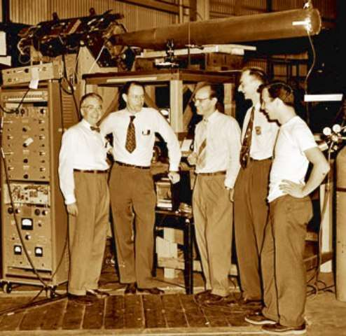 De gauche à droite, Emilio Segrè, Clyde Wiegand, Edward Lofgren, Owen Chamberlain, et Thomas Ypsilantis, les membres de l'équipe qui a découvert l'antiproton. Crédit : Lawrence Berkeley National Laboratory.