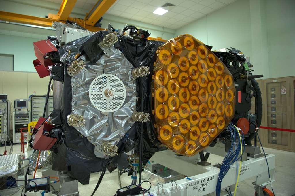 Un des deux satellites Galileo IOV, lancé vendredi soir, en phase finale d'intégration dans l'usine romaine de Thales Alenia Space. © Remy Decourt