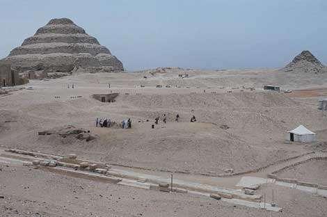 Le site des fouilles archéologiques de Saqqara, enseveli sous le sable, en 1991. © Photos Christian Décamps / Mission archéologique du Louvre à Saqqara
