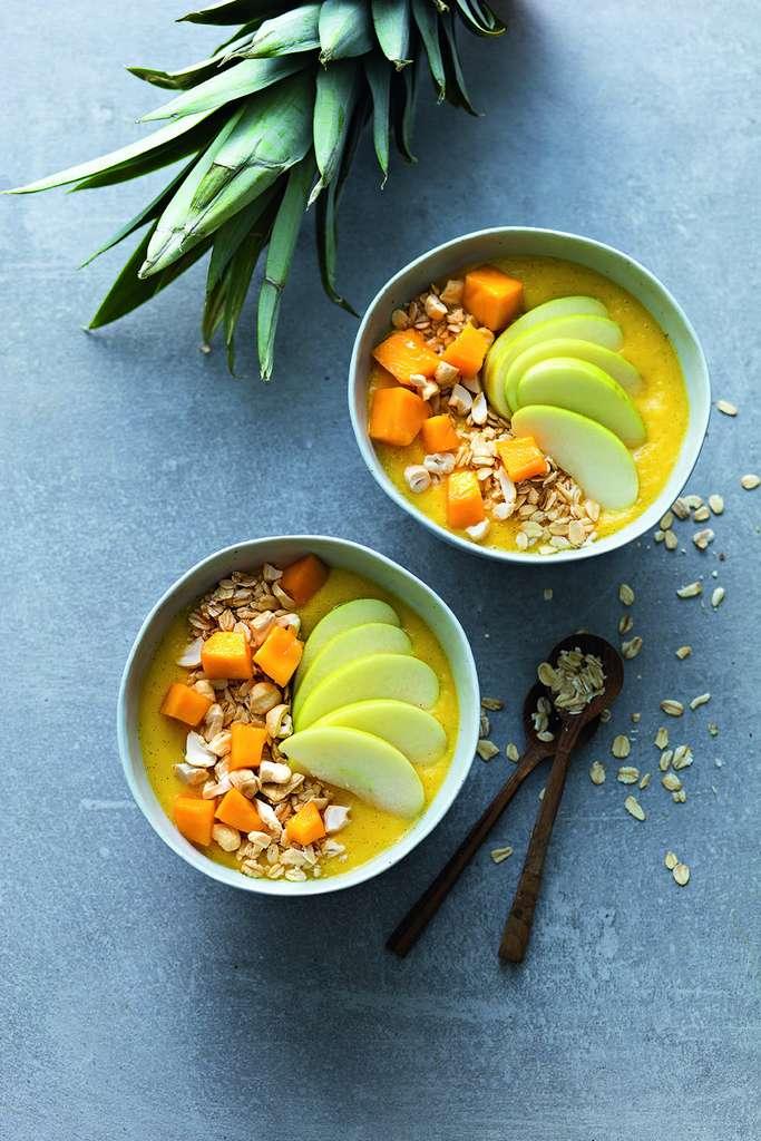 Bouddha bol : Ananas, mangue, orange, crème de soja, vanille, flocons d'avoine, noix de cajou © Laurent Rouvrais