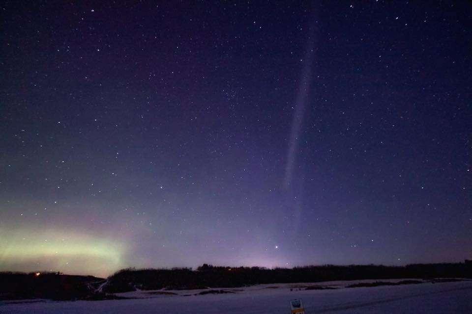 Le mystérieux faisceau lumineux Steve a été photographié à de multiples reprises, en divers endroits. Ici, le 2 mars 2017, au-dessus du Coal Lake (Canada). © Stacey Lemay, Alberta Aurora Chasers, via Facebook