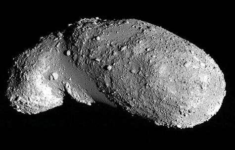 Itokawa est un astéroïde silicaté survolé par la sonde japonaise Hayabusa. Il a été nommé en l'honneur de Hideo Itokawa, considéré comme le « père » de l'astronautique japonaise. © Jaxa