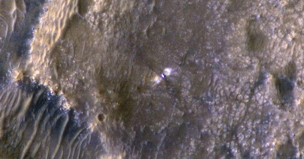 Perseverance dans le cratère Jezero, six jours après son atterrissage. Photo prise par l'instrument Hi-Rise installé sur la sonde MRO de la Nasa. © Nasa, JPL, UArizona