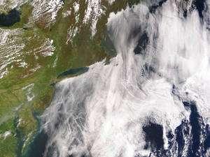 Vue spatiale de la côte est des Etats-Unis. Les traînées de navires sont visibles à travers les nuages. © Nasa