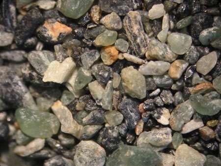 Sable avec des grains d'olivine, en Corse. © Renée Janssen