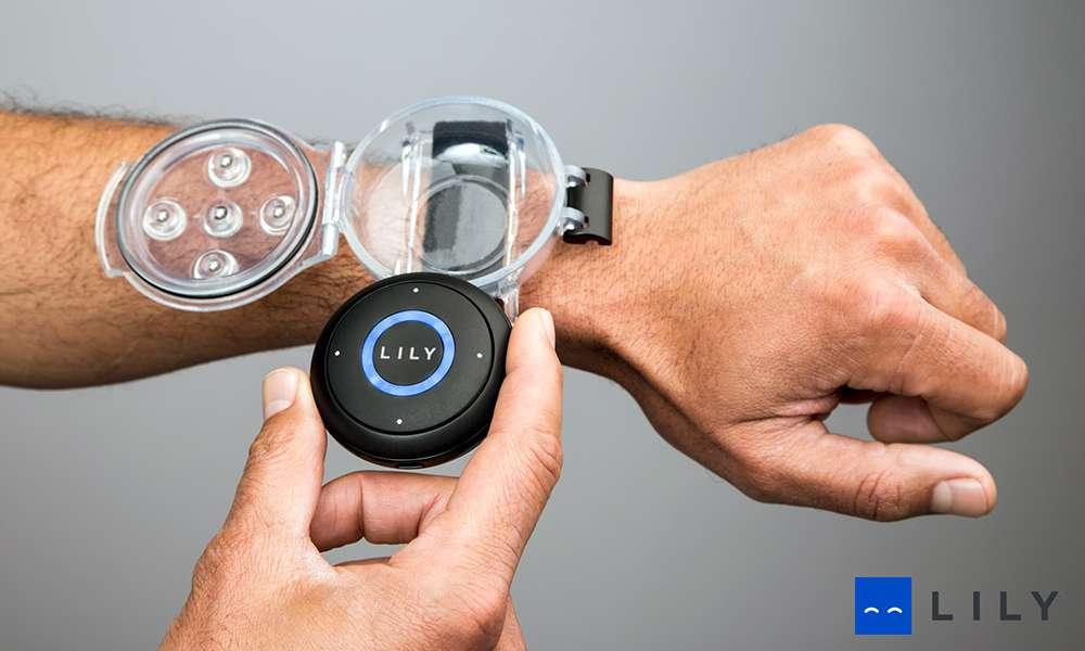 La caméra Lily est équipée d'une centrale inertielle et d'un GPS. Elle communique avec une balise que l'utilisateur porte comme une montre et grâce à laquelle il peut contrôler les modes vidéo et enregistrer le son. © Lily