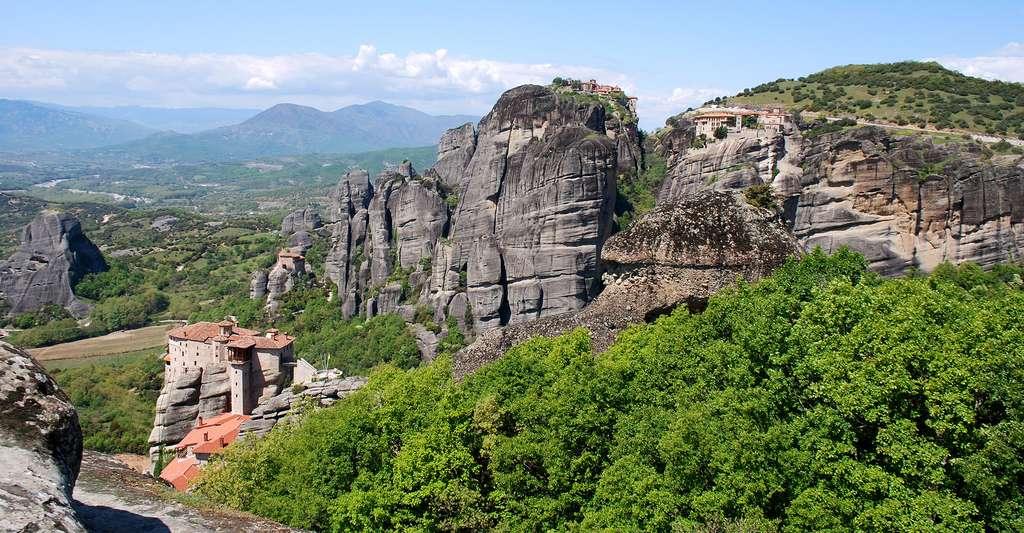 De gauche à droite : les monastères de Roussanou, de Ayou Nikolaou, du Grand Météore et de Varlaam, aux Météores. © Jean Housen, CC by-sa 3.0
