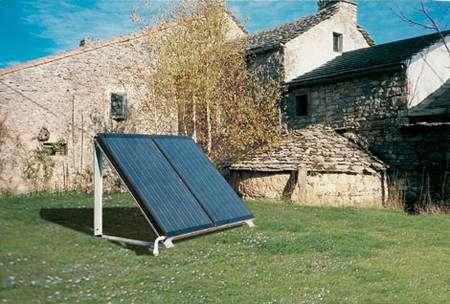 Selon les goûts et les possibilités,les capteurs solaires ne sont pas seulement posés sur un toit. Ils peuvent être posés sur un châssis métallique au sol © Giordano Industries - Tous droits réservés