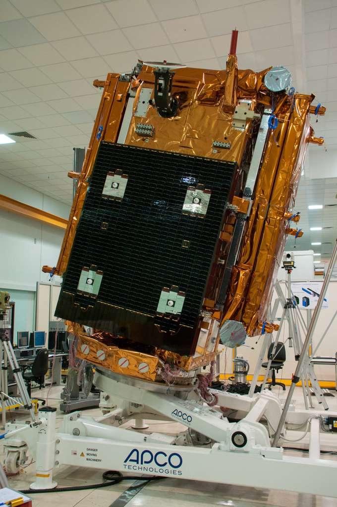 Le satellite Sentinel 1A avec son radar replié sur chaque côté. Remarquez, en haut et à gauche, le mécanisme de déploiement. Au premier plan, en noir, un des deux panneaux solaires. © Rémy Decourt
