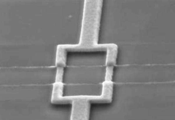 Ce Squid, large de moins de deux microns, est formé de deux supraconducteurs séparés par deux isolants. © Groupe Physique mésoscopique, LPS, Orsay