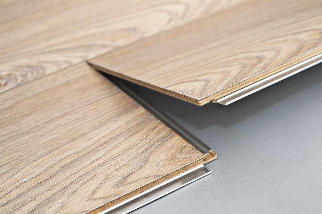 Les sols PVC et stratifiés proposent un choix de décors unis ou à motifs quasi illimité, avec des imitations bois, béton, métal, pierre… carrément bluffantes. © BerryAlloc