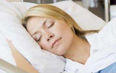 Les troubles du sommeil ont des répercussions sur la santé, parmi lesquelles le manque de concentration ou des risques accrus d'accidents. Mais prendre des médicaments pour dormir peut également avoir son lot de conséquences. © Phovoir