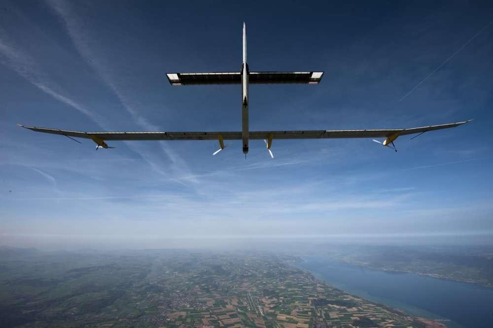 Le HB-SIA au-dessus de la Suisse. À droite, le lac de Neufchâtel. © Solar Impulse