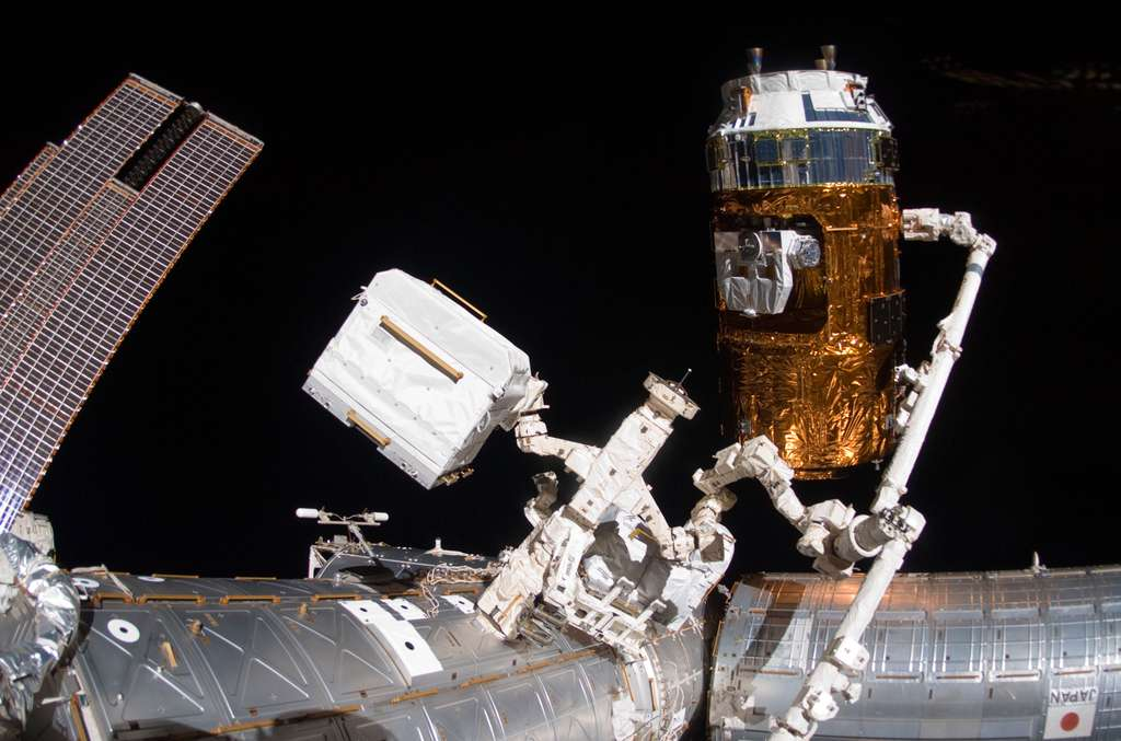 Capture en janvier 2011 du deuxième exemplaire de l'HTV japonais par le bras robotique de la Station spatiale. © Nasa