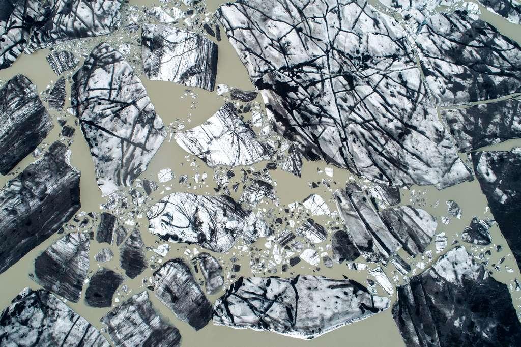 L'Islande vue du ciel : tableau abstrait d'un glacier qui vêle