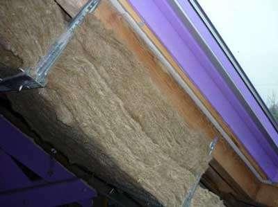 Isolation sous rampant. Les suspentes en acier galvanisé supportent des rails permettant la pose de plaques de doublage. © Le Grenier du lin