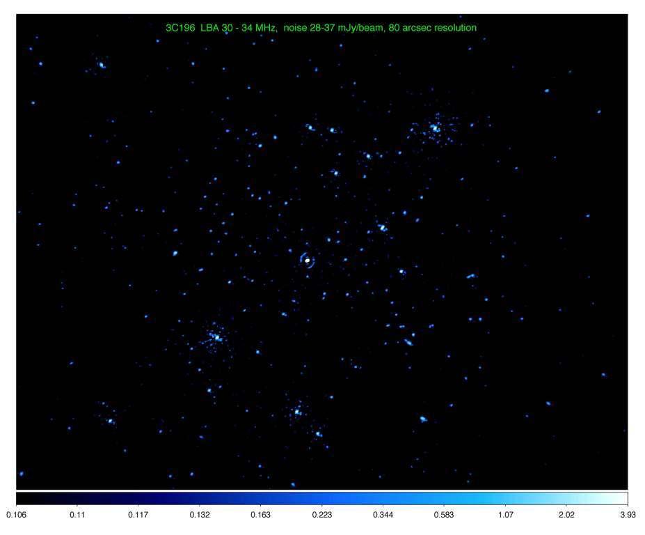 Le champ large montré ci-dessus se trouve autour du quasar 3C196 (tache brillante au centre) et c'est une portion du ciel équivalente à 1.000 fois la Pleine Lune. On voit clairement d'autres objets astrophysiques autour de 3C196. © Insu-Multi-national Lofar commissioning teams led by Olaf Wucknitz (Argelander Institut für Astronomie, University of Bonn, Germany) and Reinout van Weeren (Leiden Observatory, University of Leiden)