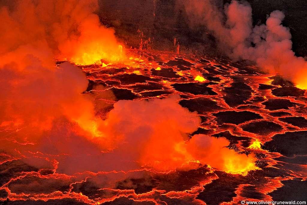 Des bulles crèvent la surface du lac de lave du Nyiragongo