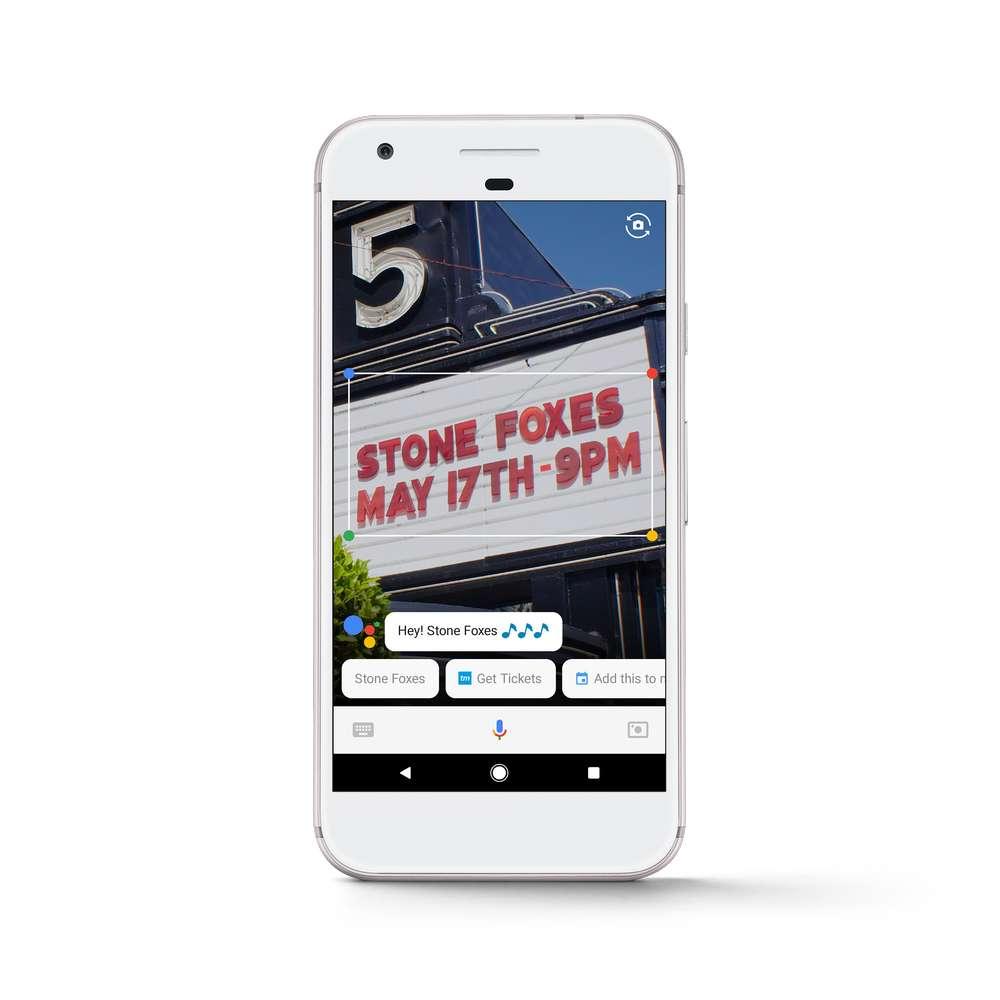 La fonction Lens associée à l'Assistant Google permet d'obtenir des informations contextuelles simplement en pointant l'appareil photo du smartphone sur un lieu ou un objet. © Google