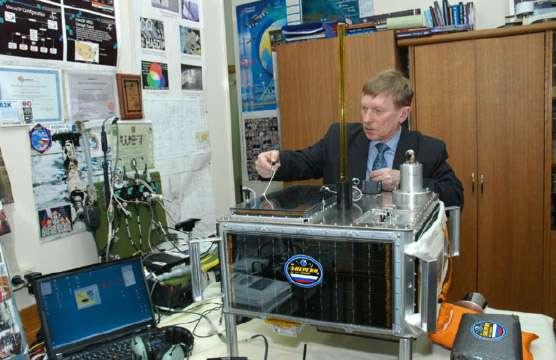 Assemblage en Russie du microsatellite Arissat-1. © Ariss