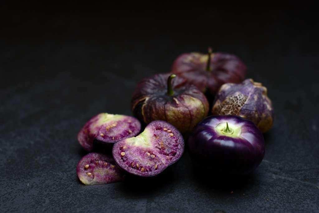 Physalis philadelphica, aussi appelée tomatille, possède des fruits recouverts d'un voile qui se déchire à maturité. © Barney Wrightson, Flickr, CC by-nc-sa 2.0