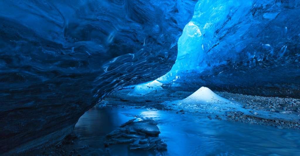 Dans les grottes chaudes découvertes en Antarctique par des chercheurs australiens, la lumière qui filtre par la glace et les températures de quelque 25 °C qui y règnent pourraient bien avoir permis à une vie jusqu'alors secrète de se développer. © aiisha, Fotolia