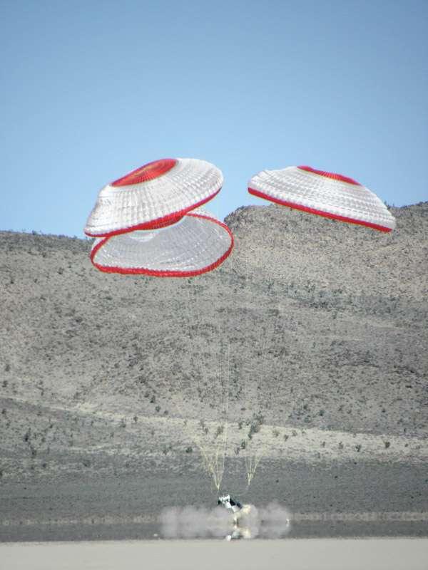 Essai d'atterrissage du CST-100 de Boeing. À la différence de la capsule Dragon qui retourne sur Terre en se posant à la surface de l'océan Pacifique, celle de Boeing se pose sur la terre ferme. © Boeing