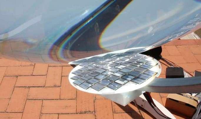 Les cellules photovoltaïques multijonctions du capteur Rawlemon sont sensibles à une large gamme de longueurs d'onde, ce qui permet de réduire considérablement la surface du panneau solaire. Celui-ci est mobile, pour suivre le soleil. © Rawlemon